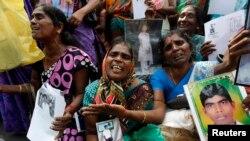 Phụ nữ Tamil than khóc trong lúc cầm hình ảnh người thân bị mất tích trong cuộc nội chiến tại Jaffna, phía bắc thủ đô Colombo.