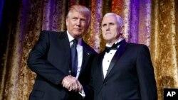 President-terpilih Donald Trump (kiri) bersama Wapres terpilih Mike Pence dalam acara di Washington DC, Selasa (17/1).