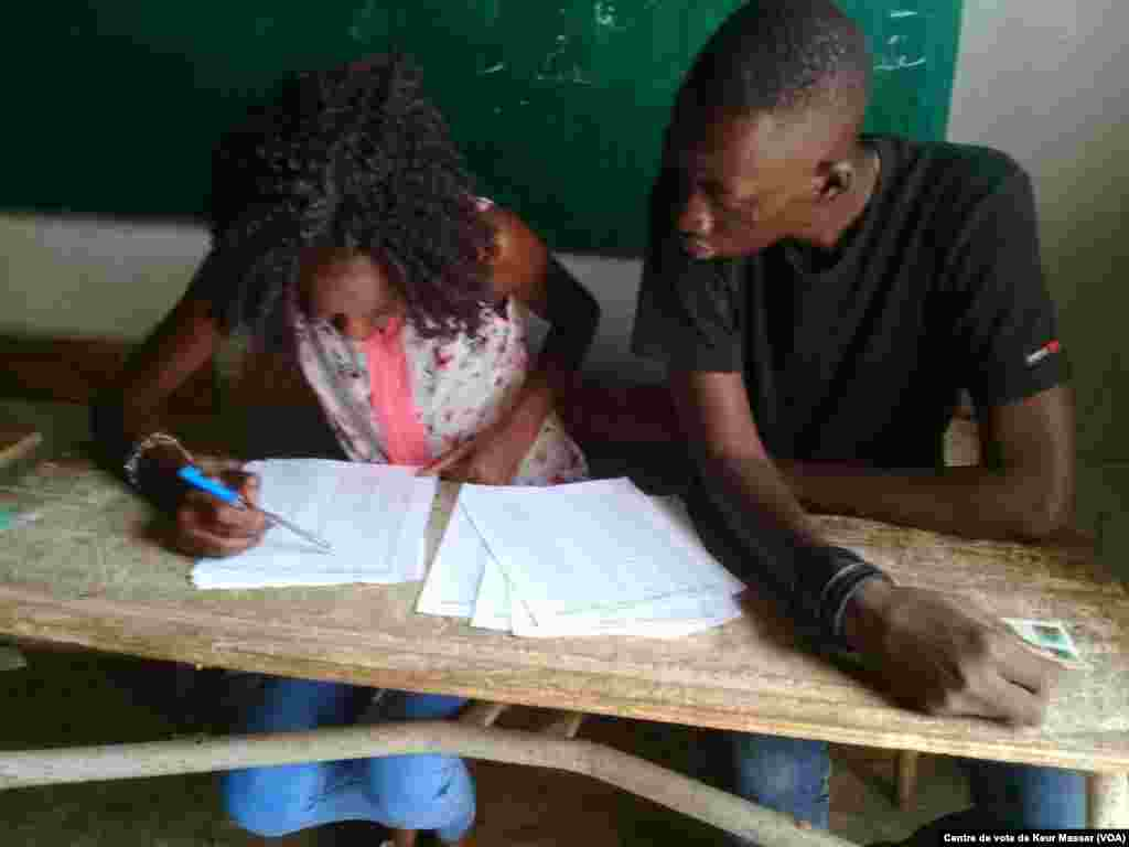 Début du vote dans le département de Pikine, l'une des plus grandes circonscriptions électorales après le département de Dakar, le 30 juillet 2017. (VOA/Centre de vote de Keur Massar)