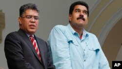 Presiden Venezuela Nicolas Maduro (kanan) dan Menlu Elias Jaua berdiri di balkon kantor Kemenlu Venezuela di Caracas, Venezuela (19/9).