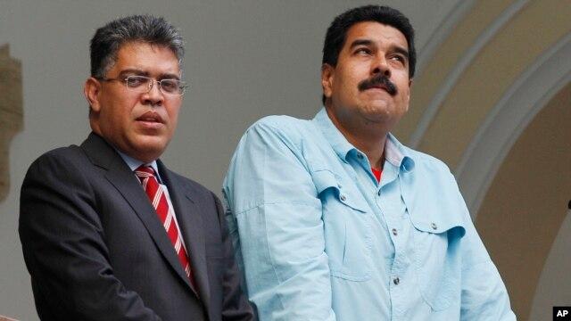 El presidente de Venezuela, Nicolás Maduro, junto a su canciller, Elías Jaua, en un balcón de la Cancillería.