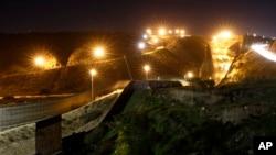 Đèn từ Hoa Kỳ, chiếu sáng tường biên giới, nhìn từ Tijuana, Mexico, ảnh chụp ngày 7/1/2019. (AP Photo/Gregory Bull)