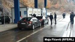 Automobili sa ministrom Vukosavljevićem na Jarinju