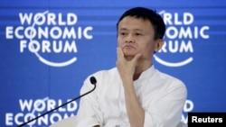 ប្រធានប្រតិបត្តិនៃក្រុមហ៊ុន Alibaba លោក Jack Ma ពេលចូលរួមក្នុងសន្និសីទរបស់វេទីកាសេដ្ឋកិច្ចពិភពលោក លើប្រធានបទ «ការកំណត់អានាគតដោយសេដ្ឋកិច្ចនៃវិស័យអ៊ីនធឺណិត» នៅទីក្រុងកំពង់ផែប្រទេសចិន Dalian កាលពីខែកញ្ញា ឆ្នាំ២០១៥។