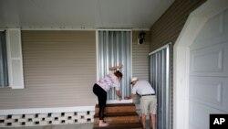 Stanovnici Floride osiguravaju svoje domove pre nego što se evakuišu pred nalet uragana Dorijan