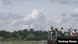 비무장지대(DMZ) 세계평화공원 후보지 가운데 한 곳인 장단반도 일대를 경기도 파주시 임진각에서 바라본 풍경. 한국 정부는 지난 8월 북한에 비무장지대(DMZ) 세계평화공원 조성을 정식 제의했다. (자료사진)