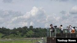 한국 박근혜 대통령이 광복절 경축사에서 북한에 비무장지대(DMZ) 세계평화공원 조성을 정식 제의한 가운데, 16일 경기도 파주시 임진각에서 평화공원 후보지 가운데 한 곳인 장단반도 일대가 보이고 있다.
