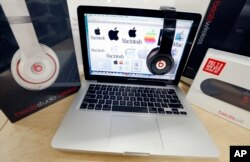 Auscultadores Beats e um MacBook da Apple