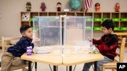 ARHIVA - Deca predškolskog uzrasta u osnovnoj školi u Čikagu (Foto: Ashlee Rezin Garcia/Chicago Sun-Times via AP)