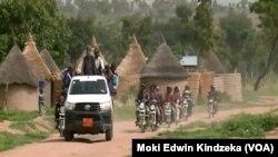 Des otages libérés sont transportés à Ngaoui, au Cameroun, le 6 juin 2018. (Moki Edwin Kindzeka / VOA)