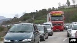 Punimet, moti i keq përkeqësojnë gjendjen e rrugës Tepelenë-Fier