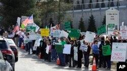 지난달 28일 코네티컷 주 뉴타운의 전미사격스포츠재단(NSSF) 본부 앞에서 시위 중인 총기 소지 찬반론자들.