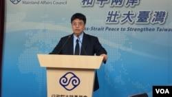 台灣陸委會副主委邱垂正2017年6月1日在記者會上(美國之音記者申華 拍攝)