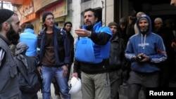 到被圍困的敘利亞霍姆斯城提供人道救援的聯合國工作人員