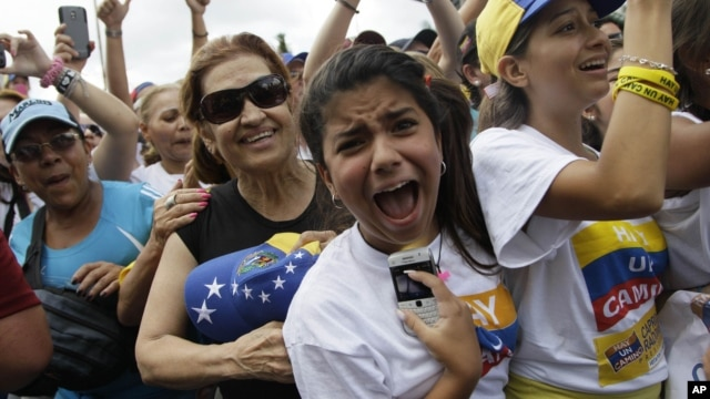 Supporters of opposition Presidential Candidate Henrique Capriles cheer during a campaign rally in Caracas, Venezuela, September 30, 2012.