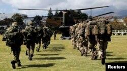 英国陆军士兵和日本陆上自卫队成员在日本的一个陆上自卫队训练营地举行首次联合军演。(2018年10月2日)