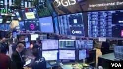 រូបឯកសារ៖ សកម្មភាពនៅផ្សារហ៊ុនក្នុងតំបន់ Wall Street នៅសហរដ្ឋអាមេរិក។