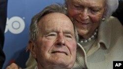 ພາບຖ່າຍໃນວັນທີ 12 ມິຖຸນາ 2012 ຂອງອະດີດປະທານາທິບໍດີ George H.W. Bush ແລະພັນລະຍາ ທ່ານນາງ Barbara.