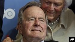 Mantan presiden George H.W. Bush dan istrinya Barbara, saat menghadiri pemutaran film dokumenter mengenai hidupnya yang dibuat HBO (12/6). (AP/Charles Krupa)