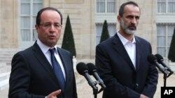 Ketua Koalisi Oposisi Nasional Suriah Mouaz al-Khatib (kanan) saat bertemu Presiden Perancis Francois Hollande. (Foto: Dok)