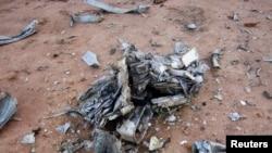 Des débris du vol Air Algérie AH5017 près de la ville malienne Gossi, le 24 juillet 2014. (REUTERS/Burkina Faso Military/Handout)
