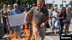 Ուկրաինական քաղաքացիական կազմակերպությունների անդամները հրկիզում են Ռուսաստանում արտադրված ապրանքները Կիևում Ռուսաստանի դեսպանատան մոտակայքում անցկացված բողոքի ակցիայի ժամանակ (արխիվային լուսանկար)