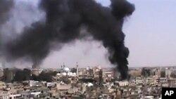 18일 시리아 정부군과 반군 간 교전으로 화염에 휩싸인 홈스 시.