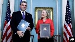 سمجھوتے پر دستخط: رومانیہ کا صدر اور امریکی وزیر خارجہ
