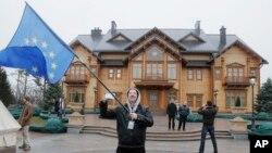Görevden alınan Ukrayna Devlet Viktor Yanukoviç'in sürdüğü lüks hayat, iflas riski bulunan ülkenin ekonomik durumuyla tam bir tezat oluşturuyor. Ukrayna'ya en önemli mali katkının Avrupa Birliği'nden ve Uluslararası Para Fonu'ndan gelmesi bekleniyor.