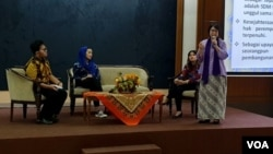 Pinky Saptandari, pengajar Antropologi Gender FISIP Universitas Airlangga, memaparkan pentingnya peran perempuan pada masa kini (foto Petrus Riski-VOA).