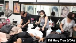 Khách gội đầu tại tiệm Luxury Hair Design ở thành phố Garden Grove