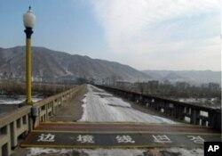 The border line on the Tumen River Bridge