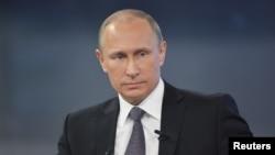 Presiden Rusia Vladimir Putin ambil bagian dalam acara televisi langsung di Moskow (16/4).