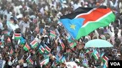 Ribuan warga Sudan selatan melambai-lambaikan bendera Sudan selatan dalam upacara perayaan kemerdekaan Sudan selatan di ibukota Juba (9/7).
