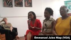 Echanges entre la presse et l'équipe de production du documentaire sur les viols et abus sexuels des filles et femmes, à Douala, Cameroun, le 3 mars 2019. (VOA/ Emmanuel Jules Ntap)