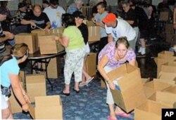 雅各布之光基金会的志愿人员在帮助打包