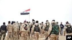시리아 정부군이 27일 팔미라를 재탈환 한 뒤시리아 국기를 흔들고 있다.(시리아 관영 통신)