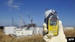 Замір радіації поблизу Фукусіми. Рівень іонізуючого випромінювання поблизу місця аварії становить 131.00 мікрозіверти.