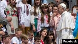 Le pape François avec des enfants ukrainiens, le 18 mai 2016.