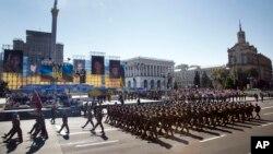 Binh lính Ukraine duyệt binh trên phố Khreshchatyk kỷ niệm Ngày độc lập ở thủ đô Kyiv, Ukraine, ngày 24/8/2015.