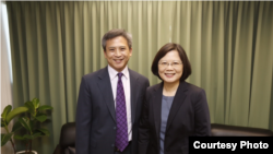 民进党主席蔡英文和美国在台协会主任梅健华(民进党提供)