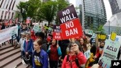 آرشیف: مظاهرۀ مردم در ایالت واشنگتن علیه فرمان منع دخول مهاجران از شش کشور عمدتاً مسلمان نشین به امریکا