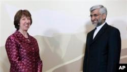 Pimpinan kebijakan luar negeri Uni Eropa, Catherine Ashton (kiri) dan Pimpinan delegasi nuklir Iran, Saeed Jalili berpose sebelum dimulainya pembicaraan di Almaty, Kazakhstan (5/4).