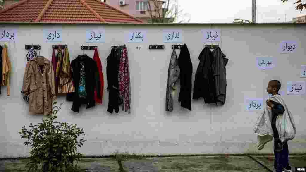 از دیوار مهربانی تا همیاری خیرین در ساری. این دیوار در ساری است، هرکس نیاز ندارد کالای می گذارد و هرکس نیاز دارد بر می دارد. بعد از اقدام قشنگ گروه انجمن همياران ساری در ایجاد دیوار مهربانی، پزشکان و خیرین این بار به روستاهای دور افتاده ساری رفته و به معاینه رایگان پرداختند. عکس: امیر علی رازقی، مهر