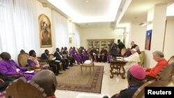 Papa Francis akihudhuria mkutano baada ya mkutano wa faragha wa kiroho wa siku mbili ambao ulihudhuriwa na viongozi wa Sudan Kusini leaders at the Vatican, April 11, 2019.