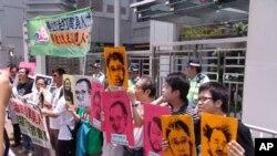 支聯會成員在中聯辦前抗議