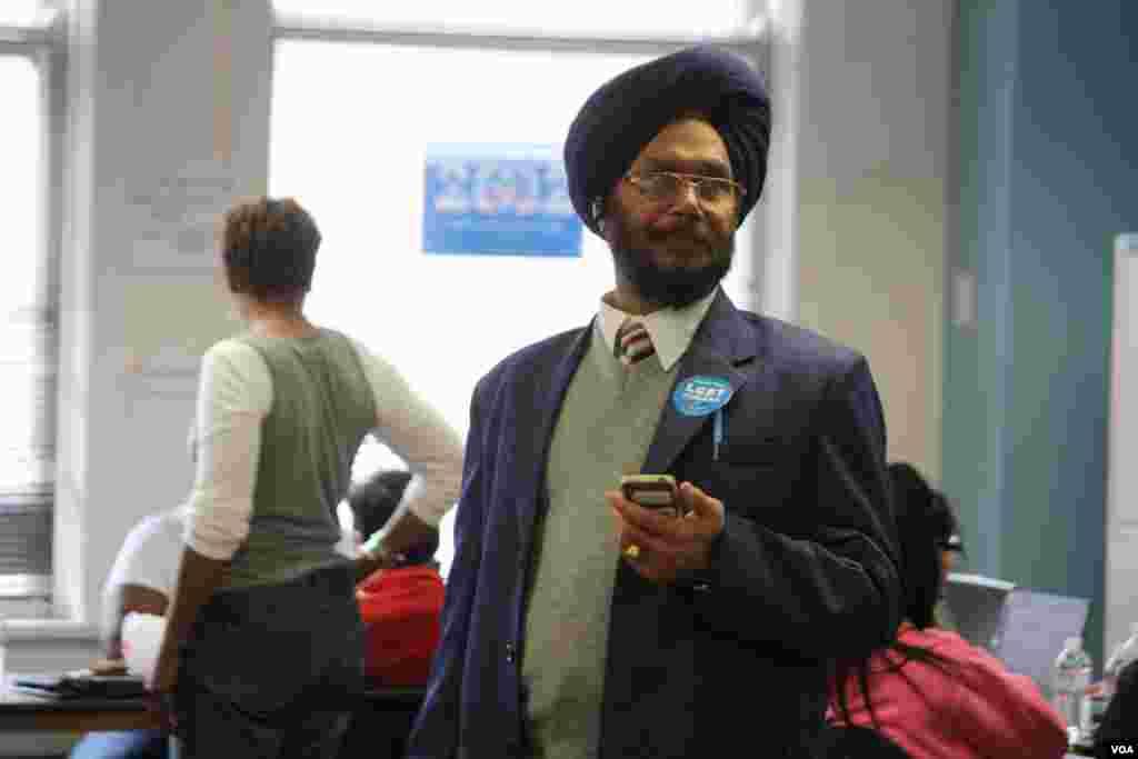 Un voluntario musulmán en el centro de campaña de Obama en Chicago este martes. [Foto: Ramón Taylor]