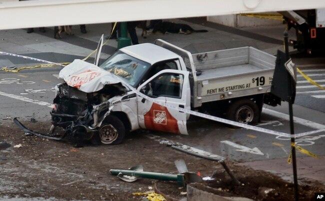 Esta es la camioneta pick up alquilada en Home Depot por el individuo que arrolló a peatones y ciclistas en Nueva York. Oct. 31, 2017.