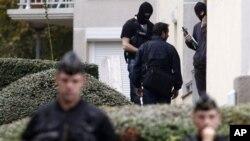 지난 10일 프랑스 파리 동부의 테러 조직 검거 현장에서 폭탄 제조 물질을 발견한 프랑스 경찰. (자료사진)