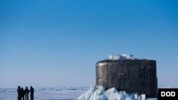 """美軍""""康涅狄格號""""潛艇2018年3月9日在北冰洋浮出海面(美國海軍)"""